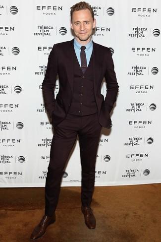 Wie kombinieren: dunkelroter Dreiteiler, hellblaues Businesshemd, dunkelbraune Leder Oxford Schuhe, dunkelrote bedruckte Krawatte