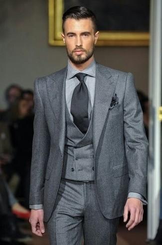 Wie kombinieren: grauer Dreiteiler, graue Anzughose, schwarze Krawatte, schwarzes Einstecktuch