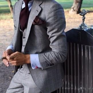 Wie kombinieren: grauer Dreiteiler, hellblaues Businesshemd, dunkelrote Krawatte, dunkelrotes Einstecktuch
