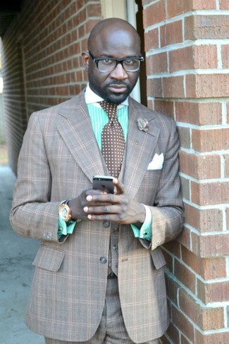 Wie kombinieren: grauer Dreiteiler mit Schottenmuster, mintgrünes vertikal gestreiftes Businesshemd, braune gepunktete Krawatte, weißes Seide Einstecktuch