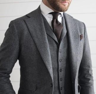 Grauer Wolldreiteiler, Weißes Businesshemd, Dunkelbraune Krawatte, Dunkelbraunes Einstecktuch für Herren