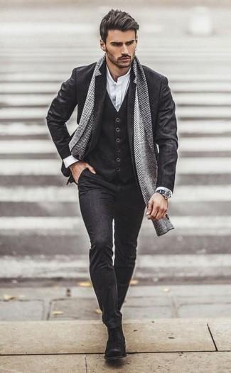 Graue Chelsea Boots aus Wildleder kombinieren – 6 Elegante Herren Outfits: Entscheiden Sie sich für einen dunkelgrauen Dreiteiler und ein weißes Langarmhemd für einen stilvollen, eleganten Look. Graue Chelsea Boots aus Wildleder sind eine perfekte Wahl, um dieses Outfit zu vervollständigen.