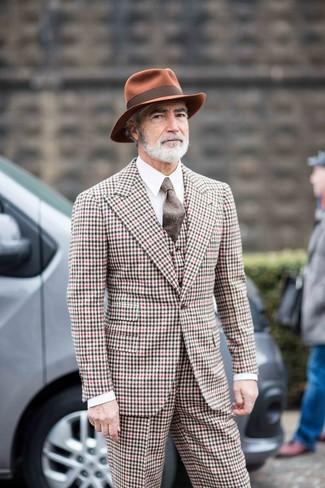 Wie kombinieren: mehrfarbiger Dreiteiler mit Vichy-Muster, weißes Businesshemd, rotbrauner Wollhut, braune Wollkrawatte
