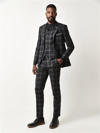 Schwarzes und weißes gepunktetes Einstecktuch kombinieren: trends 2020: Tragen Sie einen dunkelgrauen Dreiteiler mit Schottenmuster und ein schwarzes und weißes gepunktetes Einstecktuch für ein großartiges Wochenend-Outfit. Fühlen Sie sich ideenreich? Entscheiden Sie sich für schwarzen Leder Brogues.