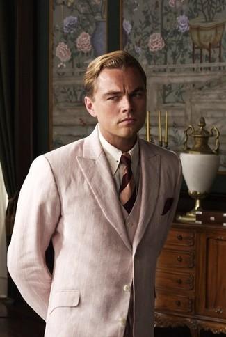 Wie kombinieren: rosa Dreiteiler, weißes vertikal gestreiftes Businesshemd, dunkelrote horizontal gestreifte Krawatte, dunkelrotes Einstecktuch