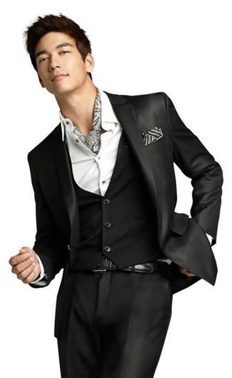 Wie kombinieren: schwarzer Dreiteiler, weißes Businesshemd, grauer bedruckter Schal, schwarzer Ledergürtel