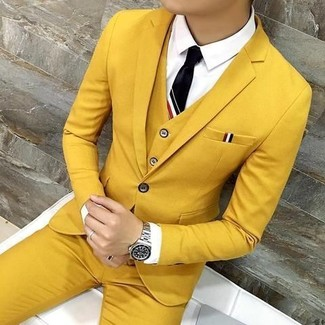 Wie kombinieren: senf Dreiteiler, weißes Businesshemd, schwarze Krawatte, silberne Uhr