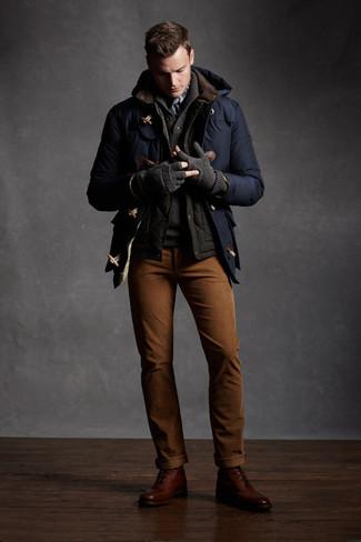 Entscheiden Sie sich für einen dunkelblauen Düffelmantel und eine rotbraune Chinohose, wenn Sie einen gepflegten und stylischen Look wollen. Fühlen Sie sich ideenreich? Vervollständigen Sie Ihr Outfit mit dunkelbraunen lederformellen stiefeln.