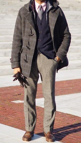 Graue gesteppte ärmellose Jacke kombinieren – 28 Herren Outfits: Kombinieren Sie eine graue gesteppte ärmellose Jacke mit einer grauen Wollanzughose für einen stilvollen, eleganten Look. Fühlen Sie sich ideenreich? Komplettieren Sie Ihr Outfit mit braunen Leder Slippern.
