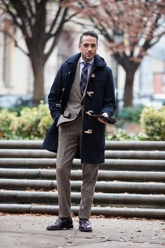 Dunkelblauen Düffelmantel kombinieren: trends 2020: Paaren Sie einen dunkelblauen Düffelmantel mit einem braunen Wollanzug für einen stilvollen, eleganten Look. Fühlen Sie sich ideenreich? Entscheiden Sie sich für dunkellila Brogue Stiefel aus Leder.