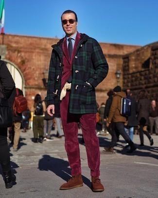 Dunkelroten Cordanzug kombinieren – 3 Herren Outfits: Kombinieren Sie einen dunkelroten Cordanzug mit einem dunkelblauen Düffelmantel mit Schottenmuster für einen stilvollen, eleganten Look. Wählen Sie die legere Option mit braunen Chukka-Stiefeln aus Wildleder.