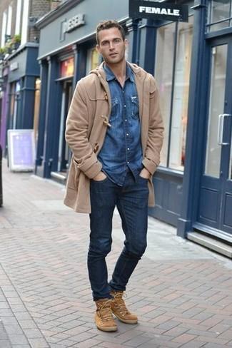 Beige Wildlederfreizeitstiefel kombinieren: Die Paarung aus einem beige Düffelmantel und dunkelblauen Jeans ist eine kluge Wahl für einen Tag im Büro. Eine beige Wildlederfreizeitstiefel sind eine perfekte Wahl, um dieses Outfit zu vervollständigen.