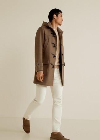 Braune Doppelmonks aus Wildleder kombinieren – 193 Herren Outfits: Erwägen Sie das Tragen von einem braunen Düffelmantel und weißen Jeans, wenn Sie einen gepflegten und stylischen Look wollen. Fühlen Sie sich mutig? Wählen Sie braunen Doppelmonks aus Wildleder.