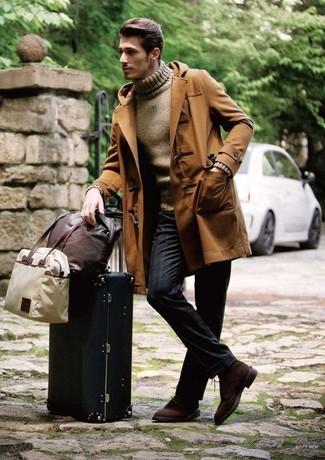Wie kombinieren: brauner Düffelmantel, brauner Rollkragenpullover, dunkelblaue vertikal gestreifte Anzughose, dunkelbraune Wildleder Derby Schuhe