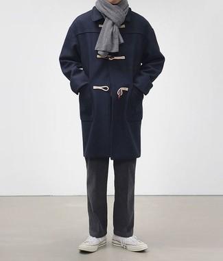 Dunkelgraue Chinohose kombinieren: trends 2020: Kombinieren Sie einen dunkelblauen Düffelmantel mit einer dunkelgrauen Chinohose, um einen modischen Freizeitlook zu kreieren. Fühlen Sie sich mutig? Entscheiden Sie sich für weißen Segeltuch niedrige Sneakers.