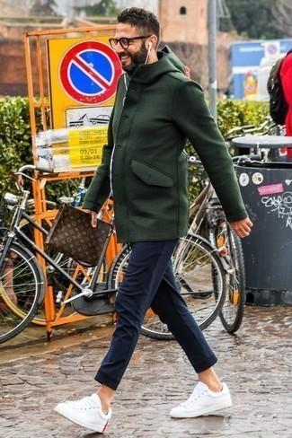 Taschen kombinieren: trends 2020: Für ein bequemes Couch-Outfit, paaren Sie einen dunkelgrünen Düffelmantel mit Taschen. Fühlen Sie sich ideenreich? Vervollständigen Sie Ihr Outfit mit weißen Leder niedrigen Sneakers.