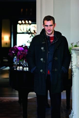 Herren Outfits & Modetrends 2020: Erwägen Sie das Tragen von einem dunkelblauen Düffelmantel und einer dunkelblauen Cord Chinohose für einen für die Arbeit geeigneten Look.