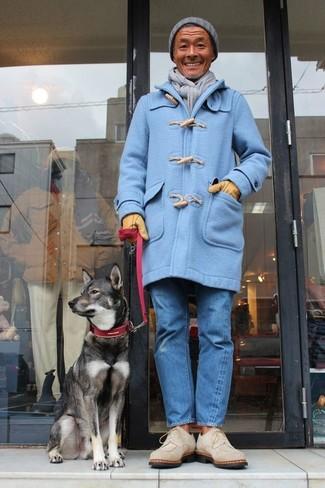 Wie kombinieren: hellblauer Düffelmantel, blaue Jeans, hellbeige Chukka-Stiefel aus Wildleder, graue Mütze