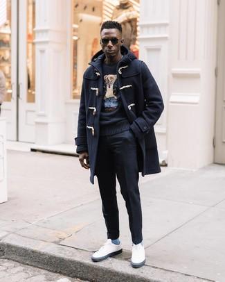 Wie kombinieren: dunkelblauer Düffelmantel, schwarzer bedruckter Pullover mit einem Rundhalsausschnitt, schwarze Wollanzughose, weiße niedrige Sneakers