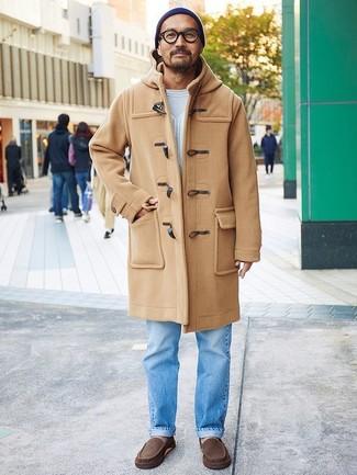 Mokassins kombinieren: Kombinieren Sie einen beige Düffelmantel mit hellblauen Jeans, um einen modischen Freizeitlook zu kreieren. Wählen Sie die legere Option mit Mokassins.