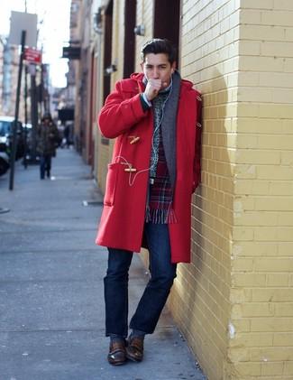 Wie kombinieren: roter Düffelmantel, weißer Pullover mit einem Rundhalsausschnitt, dunkelblaue Jeans, braune Leder Slipper