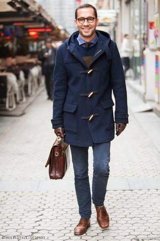 Wie kombinieren: dunkelblauer Düffelmantel, dunkelblauer Pullover mit einem Rundhalsausschnitt, blaues Langarmhemd aus Seersucker, dunkelblaue Chinohose