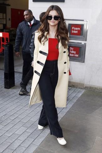 Wie kombinieren: hellbeige Düffelmantel, roter Pullover mit einem Rundhalsausschnitt, schwarze Schlagjeans, weiße Leder Pumps