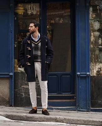 Dunkelblauen Düffelmantel kombinieren – 56 Herren Outfits: Vereinigen Sie einen dunkelblauen Düffelmantel mit einer weißen Chinohose, um einen modischen Freizeitlook zu kreieren. Fühlen Sie sich mutig? Vervollständigen Sie Ihr Outfit mit dunkelbraunen Wildleder Slippern.