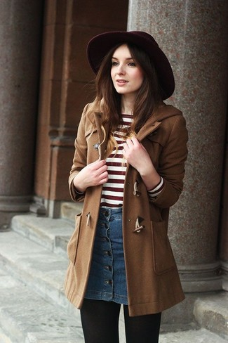 Ein Brauner Düffelmantel und ein Blauer Jeansrock mit knöpfen sind das Outfit Ihrer Wahl für faule Tage.