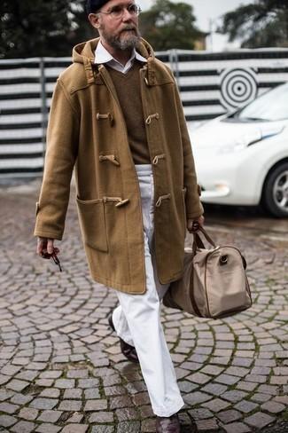 Dunkelbraune Brogue Stiefel aus Leder kombinieren: trends 2020: Kombinieren Sie einen beige Düffelmantel mit einer weißen Chinohose für Ihren Bürojob. Dunkelbraune Brogue Stiefel aus Leder sind eine perfekte Wahl, um dieses Outfit zu vervollständigen.