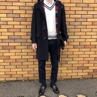 Dunkelblaue Chinohose kombinieren – 500+ Herren Outfits: Kombinieren Sie einen dunkelblauen Düffelmantel mit einer dunkelblauen Chinohose für Ihren Bürojob. Ergänzen Sie Ihr Outfit mit schwarzen Leder Slippern mit Quasten, um Ihr Modebewusstsein zu zeigen.