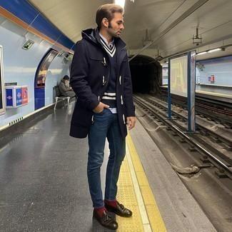 Dunkelblauen Düffelmantel kombinieren – 56 Herren Outfits: Paaren Sie einen dunkelblauen Düffelmantel mit dunkelblauen Jeans, wenn Sie einen gepflegten und stylischen Look wollen. Dunkelbraune Leder Slipper mit Quasten putzen umgehend selbst den bequemsten Look heraus.