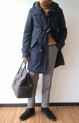 Wie kombinieren: dunkelblauer Düffelmantel, senf Wollrollkragenpullover, graue Wollanzughose, schwarze Chukka-Stiefel aus Wildleder