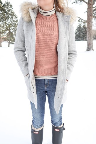 Wie kombinieren: grauer Düffelmantel, hellbeige horizontal gestreifter Rollkragenpullover, rosa Strickpullover, blaue enge Jeans