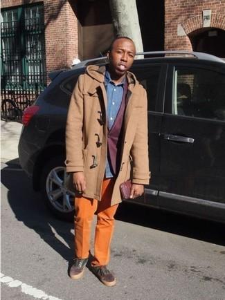 Wie kombinieren: beige Düffelmantel, dunkelrotes Sakko, blaues Chambray Langarmhemd, orange Chinohose
