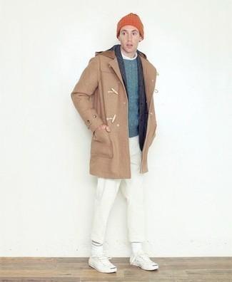 Smart-Casual Winter Outfits Herren 2021: Vereinigen Sie einen beige Düffelmantel mit einer weißen Chinohose für Ihren Bürojob. Fühlen Sie sich mutig? Entscheiden Sie sich für weißen Segeltuch niedrige Sneakers. Der Look ist mega und passt super zum Winter.