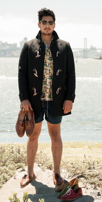 Wie kombinieren: schwarzer Düffelmantel, gelbes bedrucktes Kurzarmhemd, dunkeltürkise Shorts, braune geflochtene Leder Oxford Schuhe