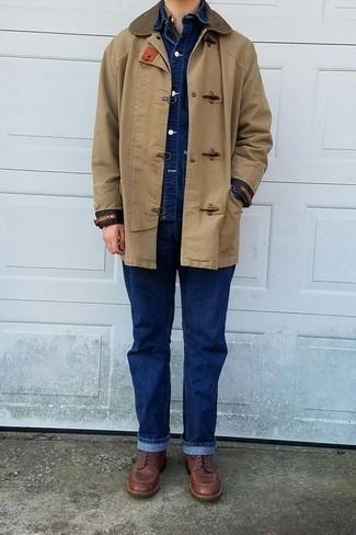 Dunkelblaue Jeans kombinieren – 1200+ Herren Outfits: Vereinigen Sie einen beige Düffelmantel mit dunkelblauen Jeans, um einen modischen Freizeitlook zu kreieren. Eine braune Lederfreizeitstiefel sind eine gute Wahl, um dieses Outfit zu vervollständigen.