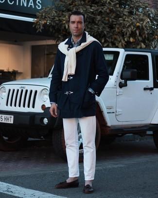 Dunkelblauen Düffelmantel kombinieren – 56 Herren Outfits: Kombinieren Sie einen dunkelblauen Düffelmantel mit weißen Jeans, um einen modischen Freizeitlook zu kreieren. Dunkelbraune Leder Slipper mit Quasten putzen umgehend selbst den bequemsten Look heraus.