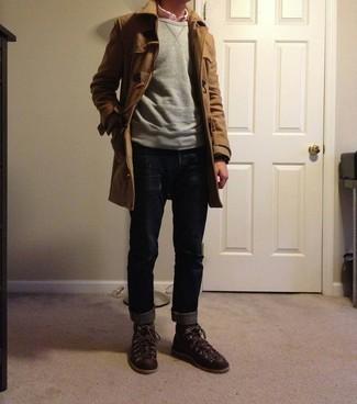 Graues Sweatshirts kombinieren – 195 Herren Outfits: Tragen Sie ein graues Sweatshirts und dunkelblauen Jeans für ein sonntägliches Mittagessen mit Freunden. Wenn Sie nicht durch und durch formal auftreten möchten, ergänzen Sie Ihr Outfit mit dunkelbraunen Lederarbeitsstiefeln.
