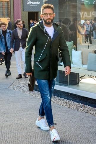 Blaue Jeans mit Destroyed-Effekten kombinieren: trends 2020: Tragen Sie einen dunkelgrünen Düffelmantel und blauen Jeans mit Destroyed-Effekten, um mühelos alles zu meistern, was auch immer der Tag bringen mag. Weiße Leder niedrige Sneakers sind eine großartige Wahl, um dieses Outfit zu vervollständigen.