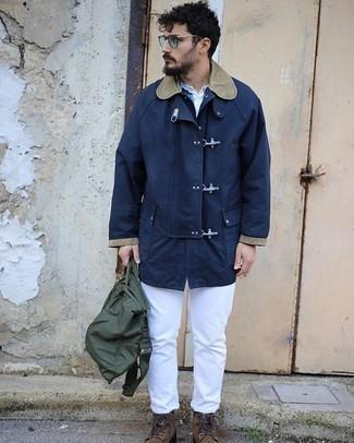 dunkelblauer Düffelmantel, weißes T-shirt mit einer Knopfleiste, weiße Jeans, braune Wildlederfreizeitstiefel für Herren