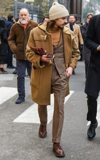 Beige Rollkragenpullover kombinieren – 489 Herren Outfits: Kombinieren Sie einen beige Rollkragenpullover mit einer braunen Wollanzughose mit Karomuster für Ihren Bürojob. Braune Leder Brogues sind eine großartige Wahl, um dieses Outfit zu vervollständigen.