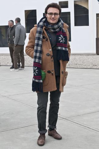 Dunkelblaues Jeanshemd kombinieren: trends 2020: Kombinieren Sie ein dunkelblaues Jeanshemd mit dunkelgrauen Jeans für einen bequemen Alltags-Look. Wählen Sie dunkelbraunen Leder Brogues, um Ihr Modebewusstsein zu zeigen.