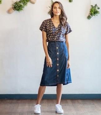 Damen Outfits 2020: Möchten Sie einen schicken, lockeren Look erzielen, ist diese Paarung aus einer dunkelblauen bedruckten Kurzarmbluse und einem dunkelblauen Jeansrock mit knöpfen Ihre Wahl. Bringen Sie die Dinge durcheinander, indem Sie weiße niedrige Sneakers mit diesem Outfit tragen.