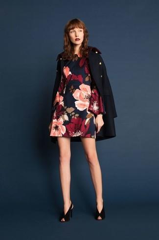Wie kombinieren: dunkelblaue Cabanjacke, dunkelblaues gerade geschnittenes Kleid mit Blumenmuster, schwarze Wildleder Pumps