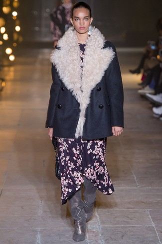 Wie kombinieren: dunkelblaue Cabanjacke, dunkelblaues Midikleid mit Blumenmuster, silberne Overknee Stiefel aus Leder