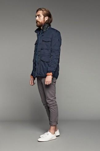 Herren Outfits & Modetrends 2020: Kombinieren Sie eine dunkelblaue Feldjacke mit einer grauen Chinohose für ein sonntägliches Mittagessen mit Freunden. Warum kombinieren Sie Ihr Outfit für einen legereren Auftritt nicht mal mit weißen Segeltuch niedrigen Sneakers?