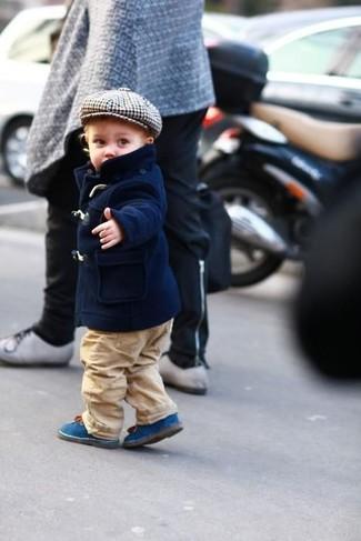 Wie kombinieren: dunkelblaue Jacke, beige Hose, blaue Stiefel