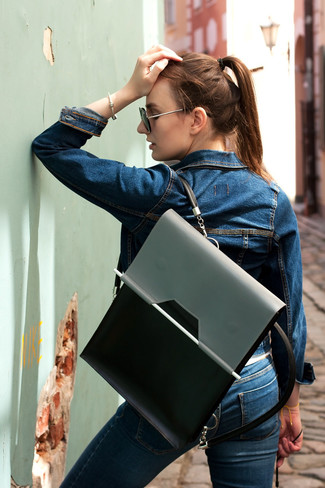 Grauen Leder Rucksack kombinieren – 12 Damen Outfits: Die Kombination aus einer dunkelblauen Jeansjacke und einem grauen Leder Rucksack bietet die ideale Balance zwischen einem Tomboy-Look und modernem Schick.